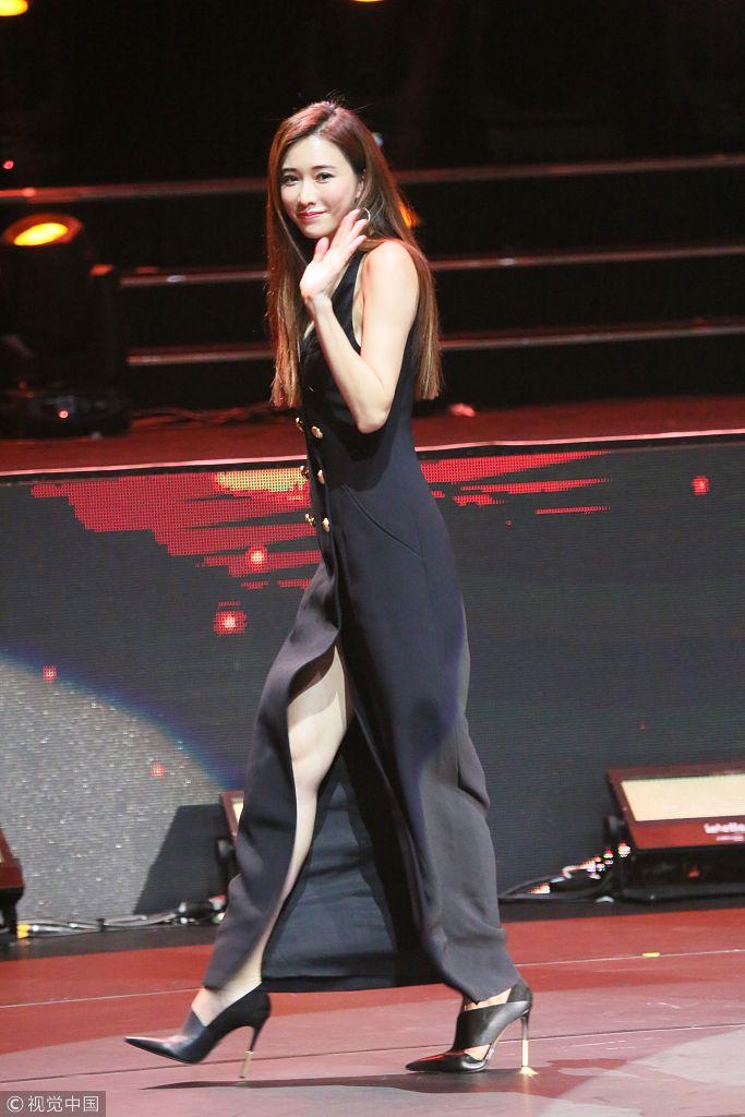 林誌玲穿深V裙現身 露黑色蕾絲內衣秀性感